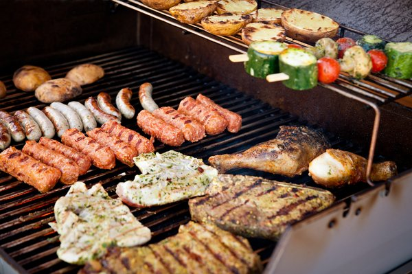 Gemüsespieße und Fleisch auf Gasgrill